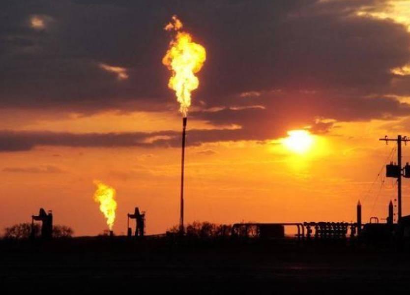 النفط يرتفع مع تهديد أميركا بعقوبات على فنزويلا
